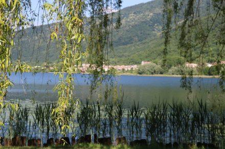Ein ruhiger See begrüßt einen beim Aufwachen am Camping al Lago di Lago.