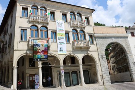 Das Rathaus am Piazza von Vittorio Veneto in Venetien.