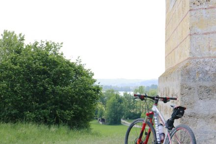 Das Kirchlein hat wie immer die schönste Aussicht über den Tachinger See.