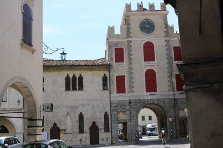 Wie man gekommen ist, so verlässt man Vittorio Veneto's Altstadt auch wieder durch ein Stadttor.