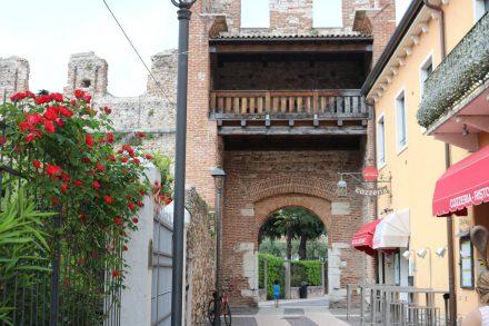Ein Stadttor in die hübsche Altstadt von Lazise am Gardasee.