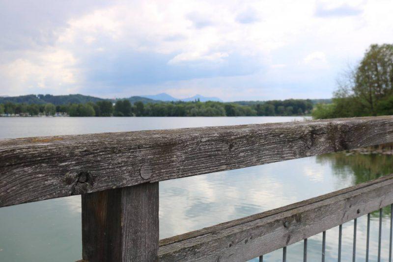 Über eine Brücke und eine Landzunge kann man zwischen dem Tachinger und dem Waginger See die Uferseite wechseln.