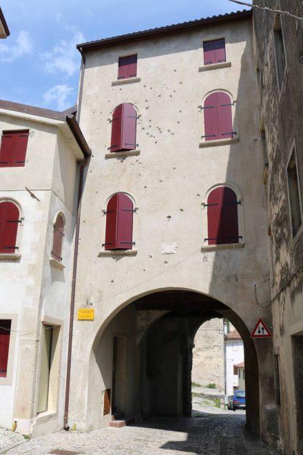Die kleine Altstadt von Vittorio Veneto mit klassischem Kopfsteinpflaster erreicht man durch ein altes Stadttor.