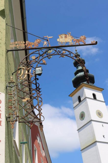 Schmiedeeiserne Impressionen und der Kirchturm von Waging.