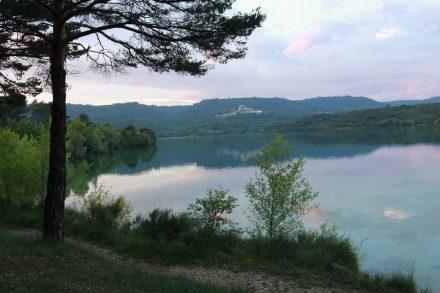Wunderschöne Abendstimmung am Campingplatz mit Blick auf den Lac du Sainte Croix.
