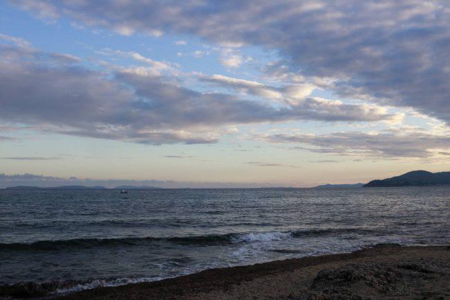 Wunderschöne Abendstimmung über dem Meer an Strand von Gigaro.