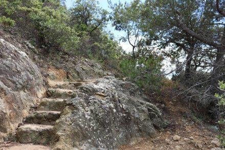 Steintreppen führen einen wieder vom Meerlevel hinauf auf die Klippen.