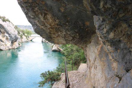 Felsenüberhänge und verschlungene Pfade machen den Canyonwanderweg zum Abenteuer.