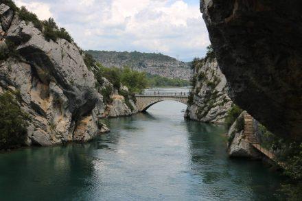 Ausgangspunkt für die rund 3,5 Stunden lange Wanderung ist die Brücke bei Quinson.