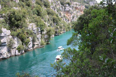 Auch die Basses Gorges kann man mit dem E-Boot oder einem Tretboot erkunden.