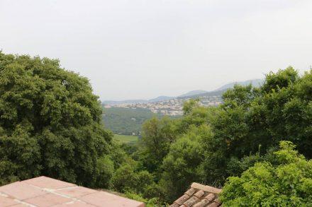Das Hinterland der Provence über den Dächern von Gassin.