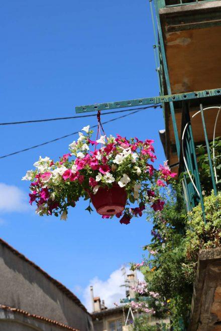 Überall in Sospel findet man blühende und grüne Dekoration.