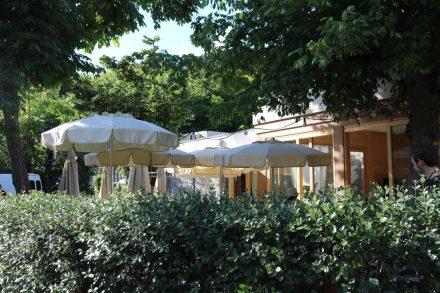 Im Camping Acqua Dolce legt man viel Wert auf eine typische, frische und gehobene Küche mit schöner Terrasse.