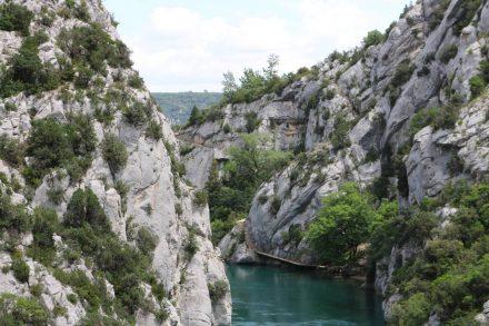 Parallel zum Basses Gorges schlängelt sich der Wanderweg.