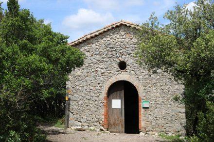 Hoch auf dem Plateau de Mallasoque steht die Kapelle Sainte Maxime, die innen sehr leer und außen eher schlicht wirkt.