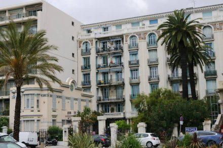 Kleine und große architektonische Schmuckstücke am Strandboulevard in Nizza.