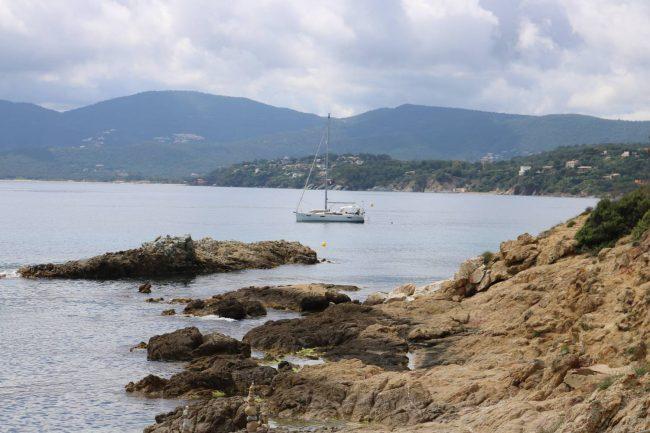 Die felsige Küste mit Blick zurück in Richtung Cavalaire.
