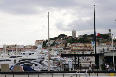 Hinter dem Yachthafen in Cannes erhebt sich die Altstadt.