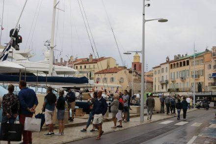 Die Yachtenparade begeistert zahlreiche Passanten.