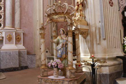 Ein Kerzlein in der Kirche Saint-Michel.