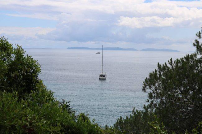 Natur, Meer und ein Segelboot ergeben die perfekte Idylle.