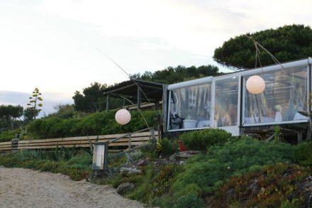 Blick vom Strand auf das Restaurant Couleurs Jardin.
