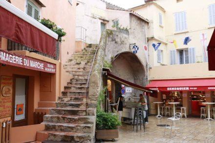 In den kleinen Gassen von St. Tropez herrscht reges Treiben und überall gibt's frische Fische.