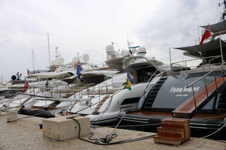 Die Flaniermeile in St. Tropez geht direkt am Yachthafen entlang.