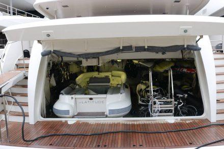 Kleine aber feine Garage mit allem, was auf dem Wasser und daneben so Freude macht.