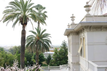 Vom hügelig gelegenen Stadtcamping Villa Doria in Genua erstreckt sich ein Blick über die Stadt und das Meer.