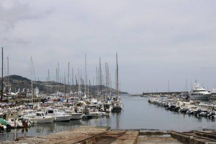 Im Hafen von Sanremo ist alles eine Nummer kleiner als an der Cote d'Azur.