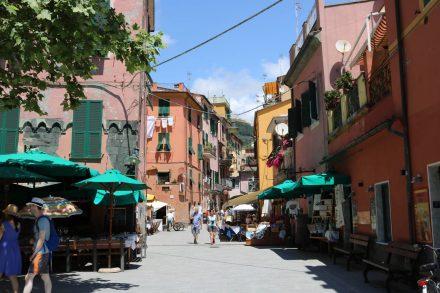 Die typischen bunten Cinque Terre Häuser ziehen sich auch durch die Innenstadt von Monterosso.