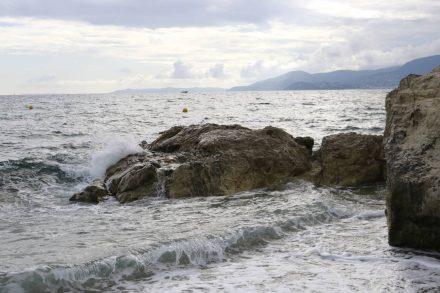 Im Licht des späten Nachmittags treffen sich Meer und Fels.