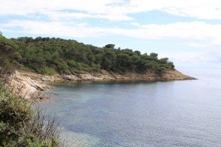Wunderschöne Buchten eröffnen sich dem Wanderer auf dem Küstenweg zum Cap Lardier.