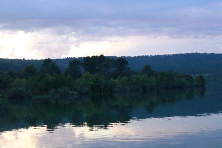 Abendstimmung am Lac du Saint Laurent, an dem der Campingplatz mit eigenem Bootssteg liegt.