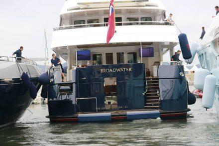 Alle Besatzungsmitglieder sind im Einsatz, um die Yacht kratzerfrei auf ihren Ankerplatz zu schieben.