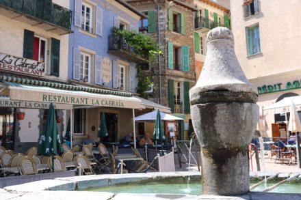 Auf dem gemütlichen Hauptplatz in Sospel lässt es sich ganz entspannt Kaffeepause machen.