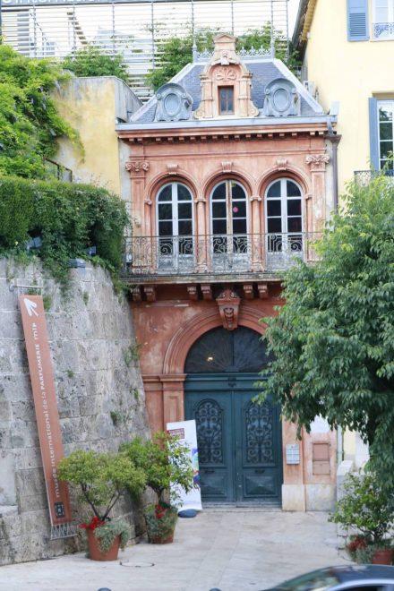 Das bezaubernde Hintertürchen des Parfummuseums in Grasse.