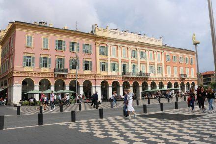 Im Gegensatz zu Cannes ist Nizza sehr weitläufig und großzügig angelegt.