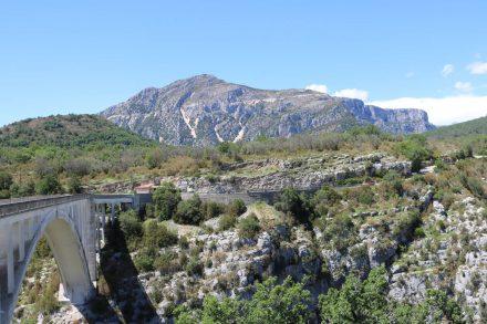 Brücke über die Verdonschlucht in grandioser Landschaft.