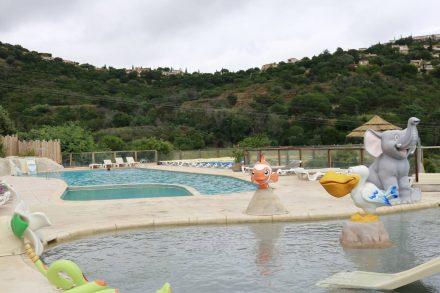 Schwimmpool, Kinderpool und Whirlpool laden am Camping Cros de Mouton ein.