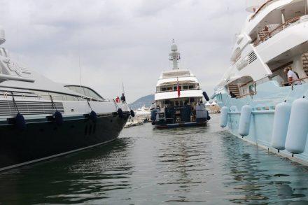 Die Slots am Hafen von St. Tropez erfordern viel Einpark-Geschick von den Yacht-Kapitänen.