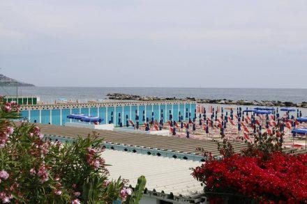 Die Strandpromenade von Sanremo erinnert an die goldenen Zeiten der italienischen Riviera.