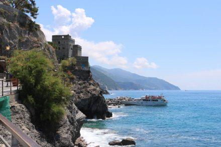 Der Schiffsanlegeplatz an der felsigen Küste von Monterosso.