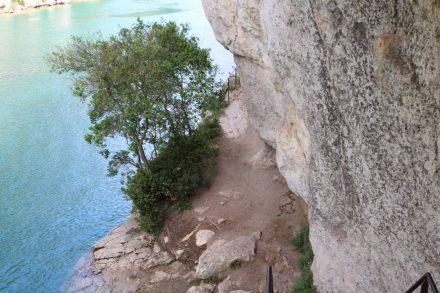 Über Leitern, Holzbrücken und schmale Gratwege führt einen der Canyonpfad recht abenteuerlich am türkisfarbenen Wasser vorbei.