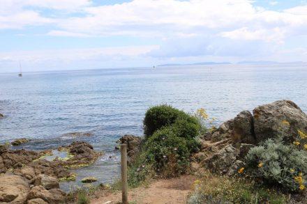 Der Küstenweg geht stundenlang über kleine Pfade mal auf Meereshöhe, mal auf den Klippen darüber.