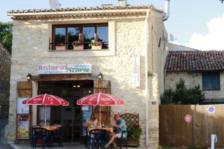"""Das kleine Restaurant """"La Remise"""" in St. Laurent du Verdon mit köstlichen Muschelgerichten."""