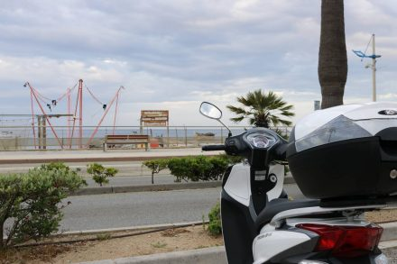 Der Roller steht startbereit in Cavalaire sur mer mit Blick auf das Meer.