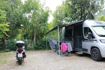 Von den oberen Stellplätzen am Camping Cros de Mouton erhascht man einen Blick aufs Meer.