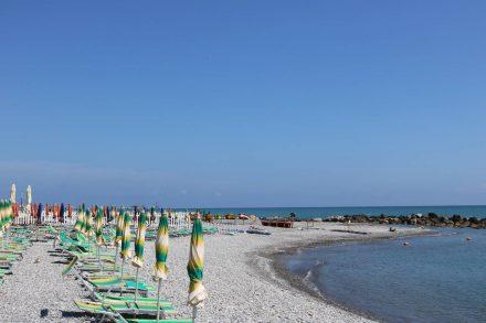 Am Strand von Ventimiglia beginnt unsere Reise durch Südfrankreich.